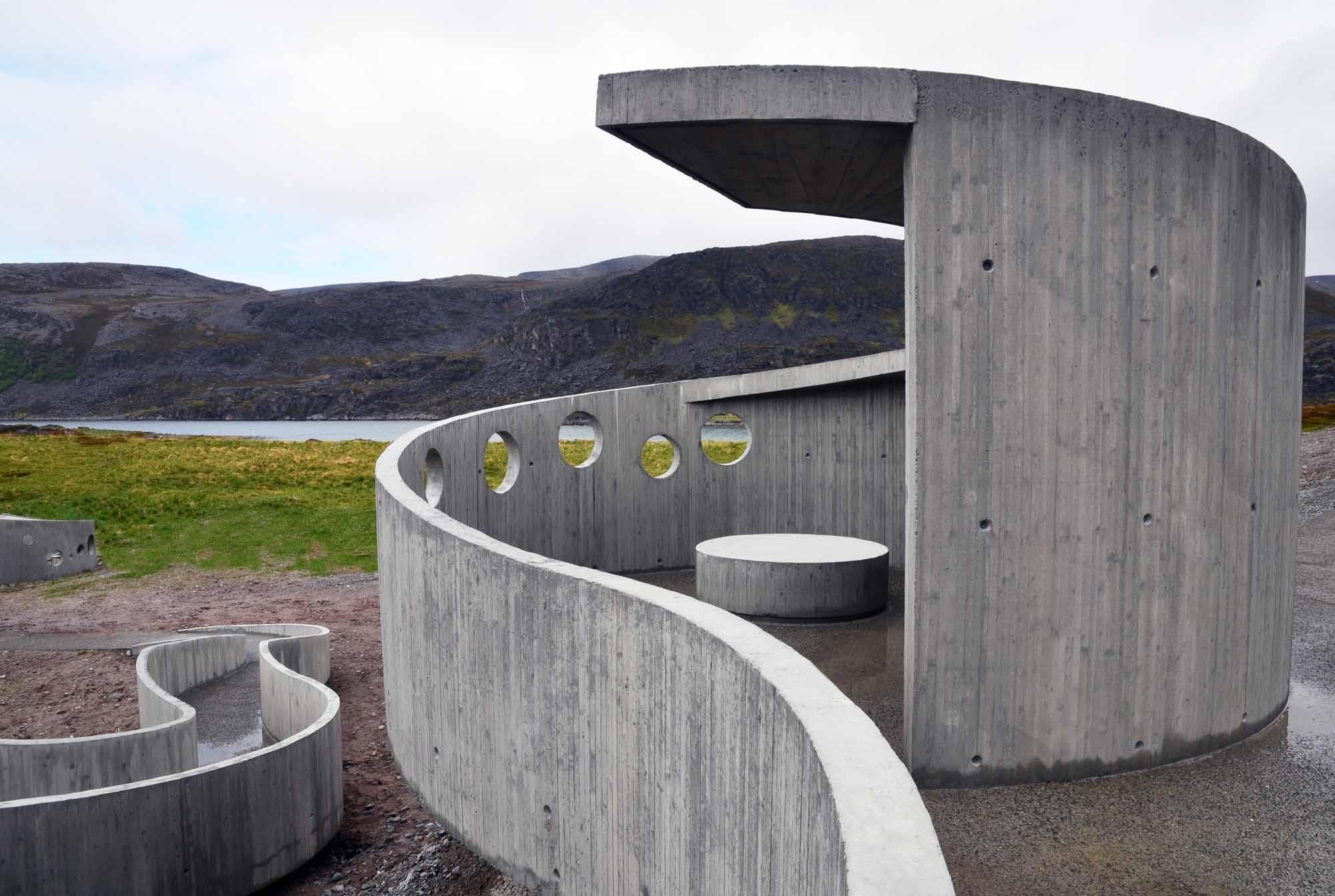 Rastplatz Selvika Nahe Havøysund | Beton | Öffentlicher Raum ... Offentliche Toilette Park Landschaft