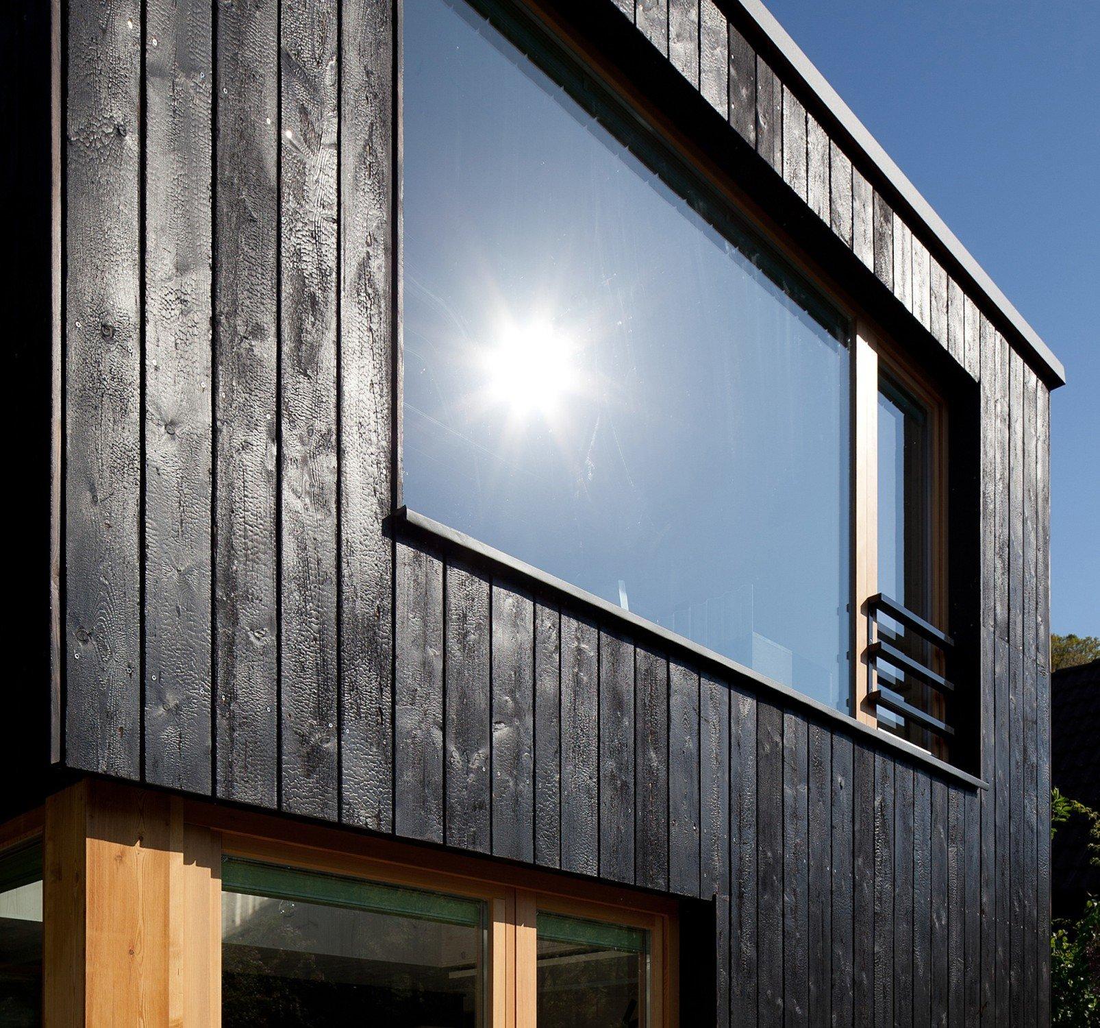 silbrig schwarz schimmernde holzbretter f r die fassade. Black Bedroom Furniture Sets. Home Design Ideas