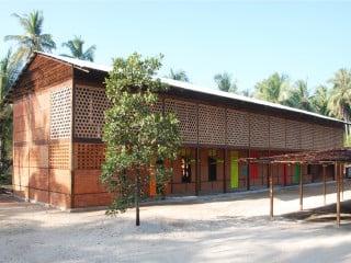 Von Nordosten: Das neue Schulhaus ist ein zweigeschossiger Baukörper mit vorgelagerter Erschließung