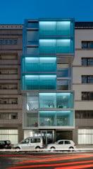 Zur Friedrichstraße hin gliedern drei doppelgeschossige Glaserker mit beweglichen Lamellen die Fassade