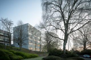 Das Chemiepraktikum wurde am Rande der bestehenden Gebäude als Erweiterung für die verschiedenen Chemie-Lehrstühle der RWTH Aachen errichtet (Ansicht Südwest)