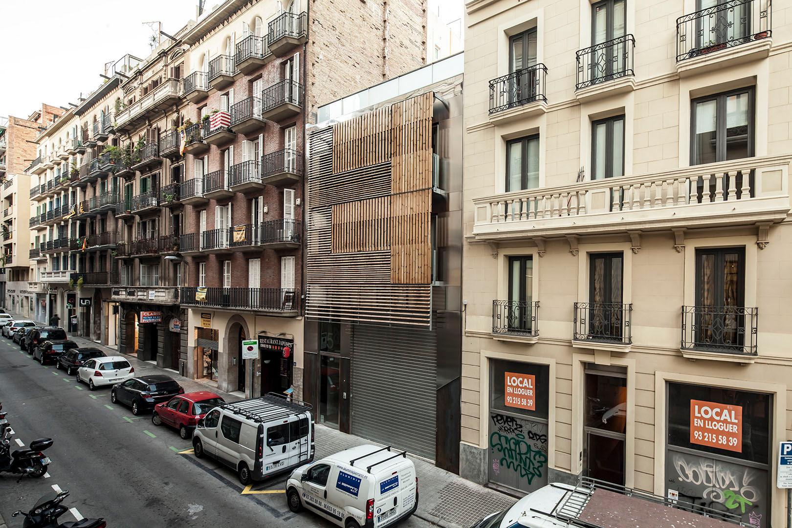 wohn und gesch fthaus in barcelona sonnenschutz wohnen baunetz wissen. Black Bedroom Furniture Sets. Home Design Ideas