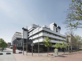 Das von Harald Deilmann für die damalige WestLB geplante Gebäude entstand zwischen 1975 und 1978, links im Hintergrund die zeitgleich errichtete Dresdner Bank, auch sie von Deilmann geplant