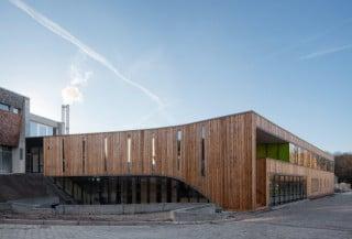 Ansicht Nordost: Die Fassade ist mit unbehandeltem Lärchenholz bekleidet
