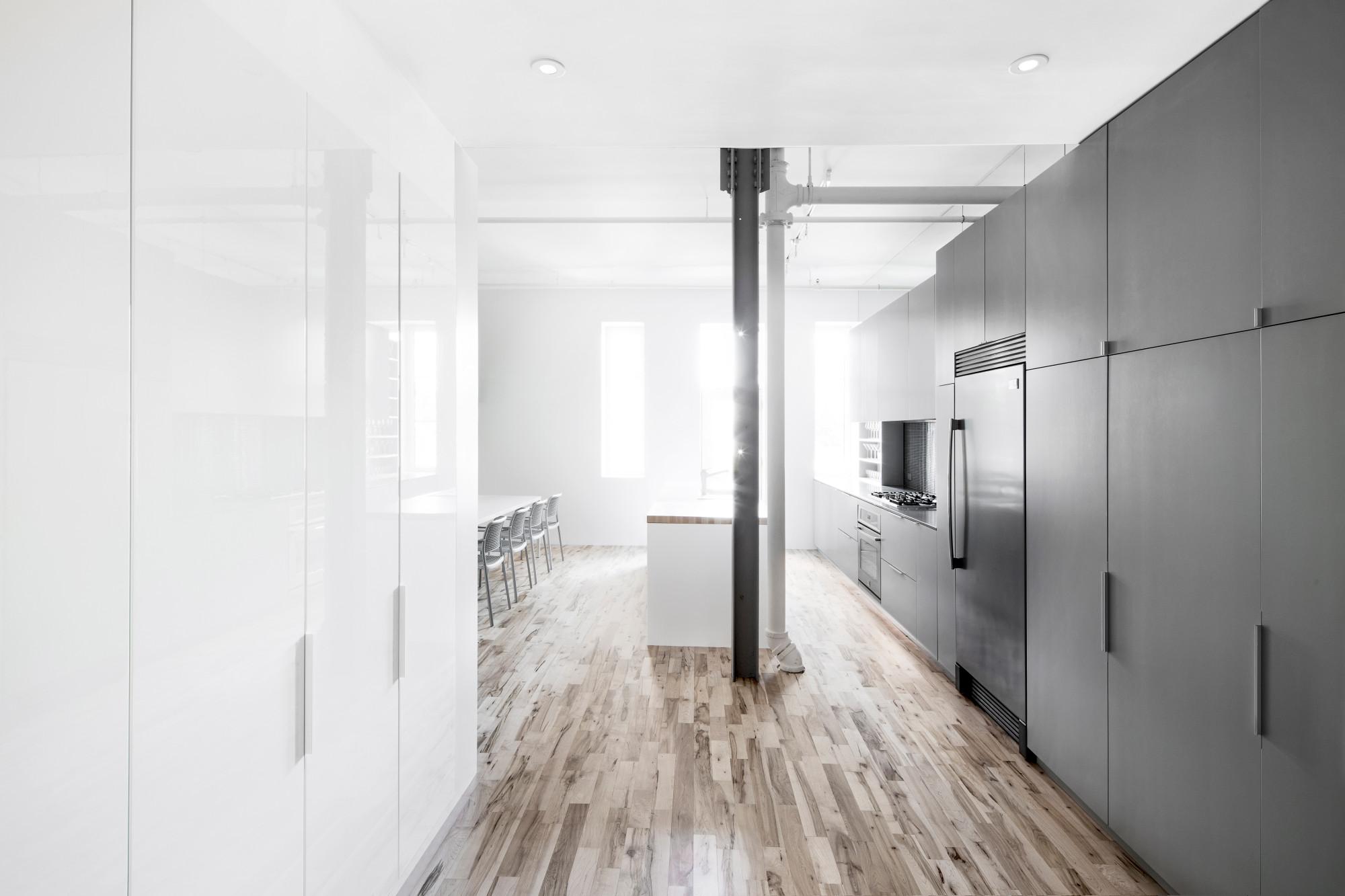 wohnung mit minimalistischem weisem interieur design new york, wohnung in einem ehemaligen industriebau in montréal | bad und, Design ideen