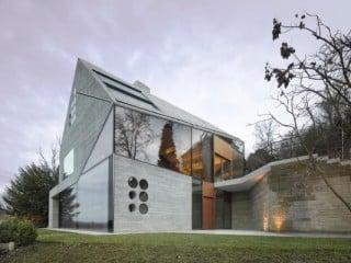 Die Außenhülle des Gebäudes besteht aus konstruktivem Dämmbeton und großen Glasflächen (Nordwestansicht)