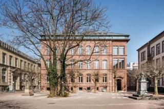 Im dreigeschossigen Altbau von 1881 war ursprünglich die Alte Chemische Technik der Universität Karlsruhe untergebracht; nach der umfangreichen Sanierung und Erweiterung befindet sich hier seit 2014 das Präsidium des Karlsruher Instituts für Technologie (KIT)