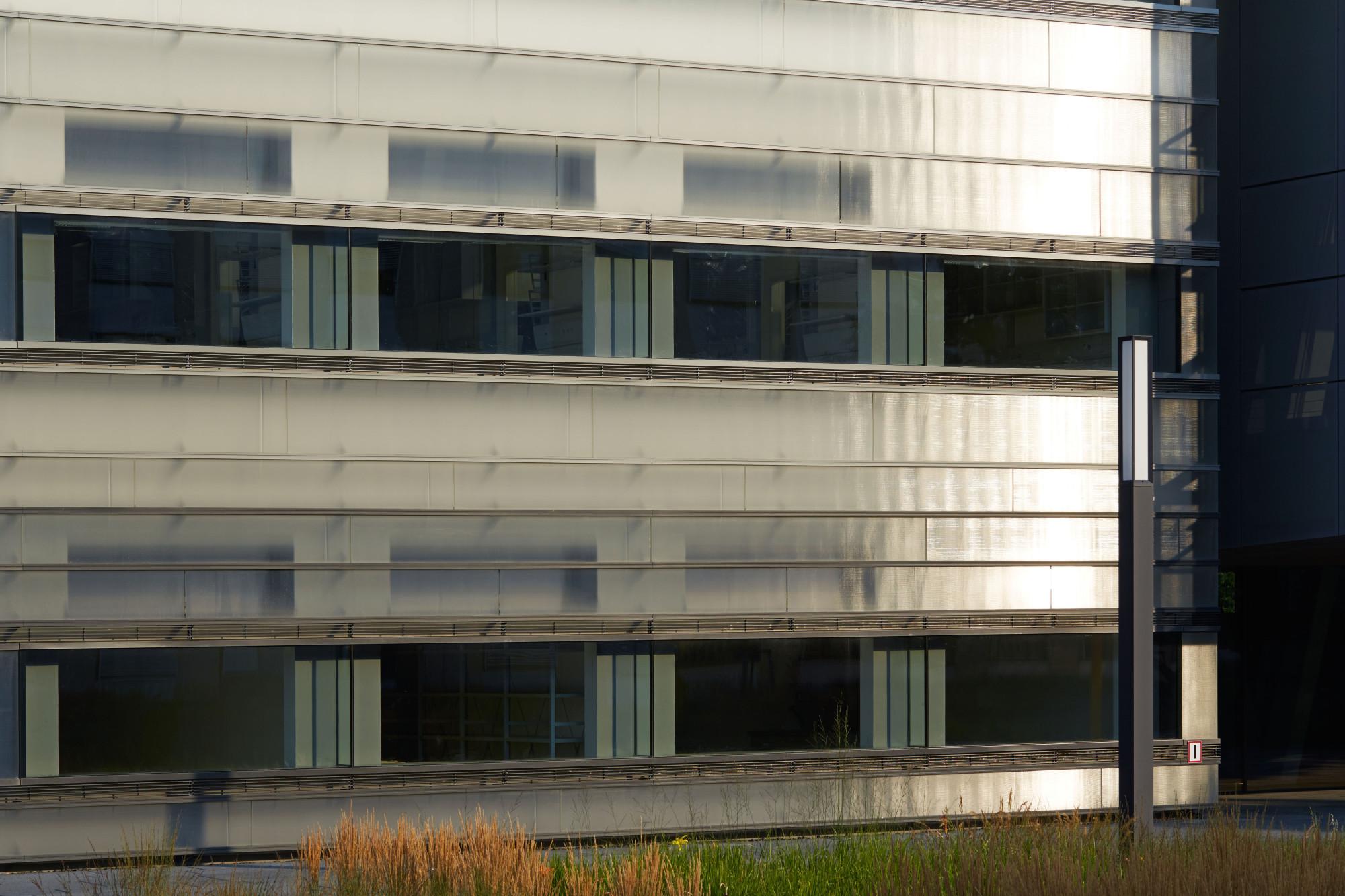 Durch Den Abstand Zwischen Außenwand Und Verglasung Erhält Die Fassade Eine  Gewisse Tiefenwirkung