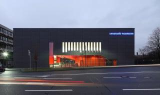 Der viergeschossige Neubau der Uni Paderborn beherbergt Hörsäle und Seminarräume (Südwestansicht)
