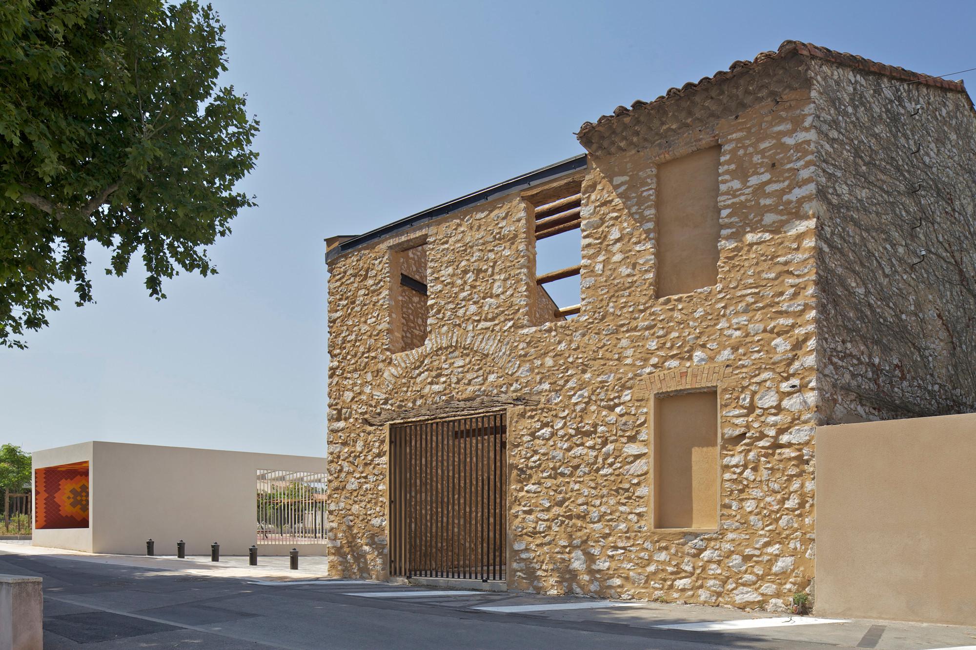 Platz und Pavillon in Gignac-la-Nerthe | Fliesen und Platten ...