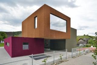 Bunte Bauklötze mit Kuscheloberfläche: Die Fassade besteht aus Kunstrasen in den Farbtönen Strohgold, Rotkraut und Olivgrün
