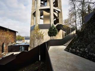 Links das Pumpenhaus und die Passage zum Fuß des Turms, im Vordergrund die Rampe auf das Dach des Sockelgeschosses