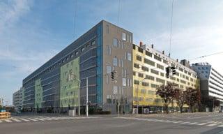 Nordansicht: Die hohen Baukörper entlang der Makebagasse und Stadlauer Straße schirmen den Hof ab