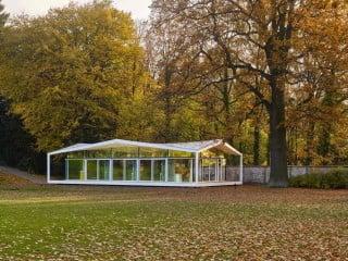 Die Architekten positionierten den gläsernen Pavillon an der zum Wannsee führenden Gartenmauer