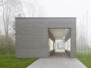 Die Gedenkstätte der Bundeswehr liegt im Wald auf dem Gelände der Henning von Tresckow-Kaserne in Geltow bei Potsdam