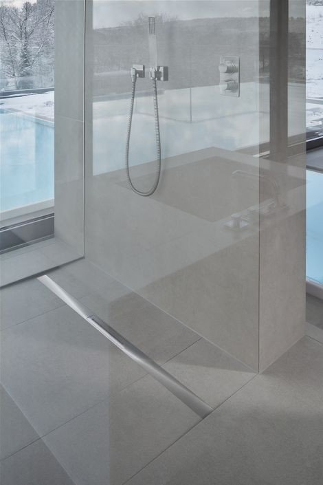 schmale duschrinne aus edelstahl bad und sanit r news. Black Bedroom Furniture Sets. Home Design Ideas