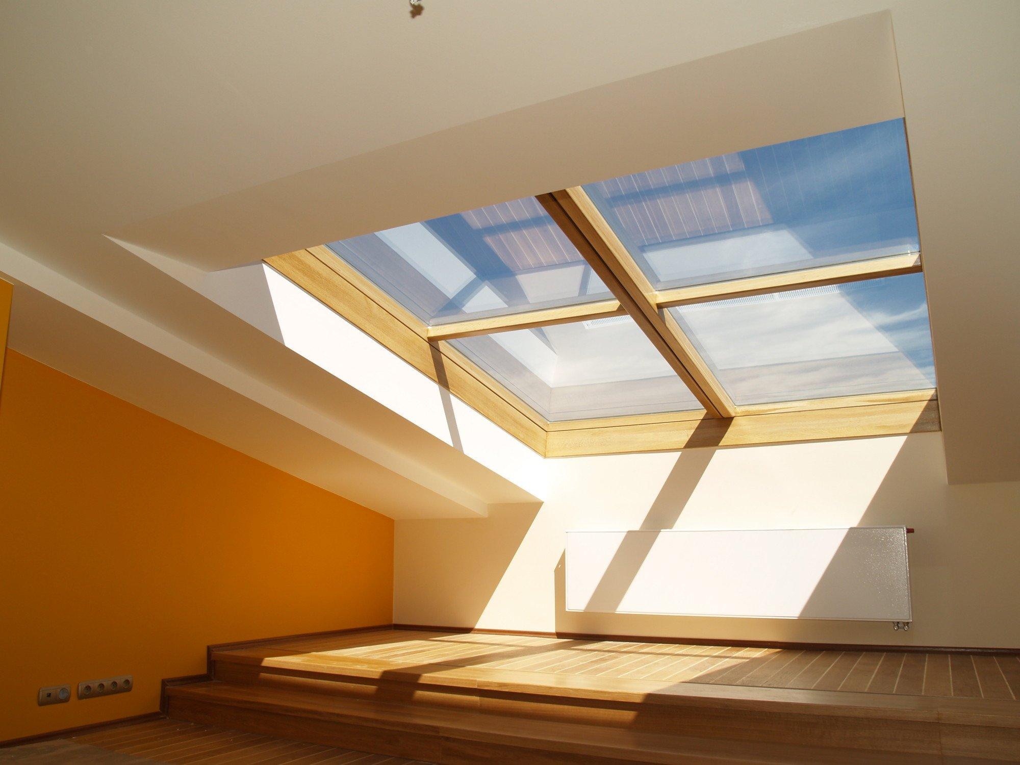 gro formatiger dachziegel in merlotrot geneigtes dach. Black Bedroom Furniture Sets. Home Design Ideas