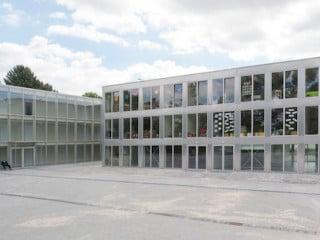 Dem dreigeschossigen Schulbau sieht man seinen Aufbau aus 98 Holzcontainern nicht an