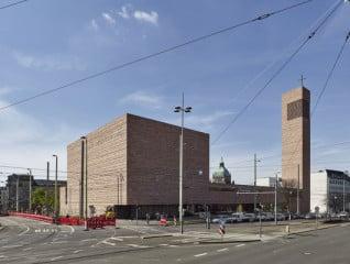Der Kirchenneubau ist mit Rochlitzer Porphyr verkleidet, einem in Leipzig viel verwendeten Naturstein