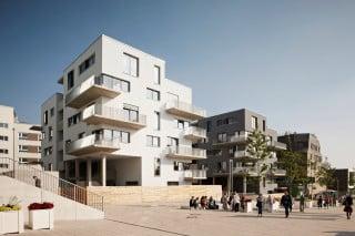 Im Rahmen der Hamburger IBA 2013 wurde unter anderem  der wenig besiedelten und wenig beliebte, aber immerhin 35 Quadratkilometer große Stadtteil Wilhelmsburg entwickelt