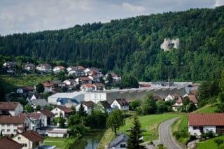 Ansicht Süd: Die landschaftlich idyllisch gelegene Gemeinde folgt mit ihrer Besiedelung dem geschwungenen Verlauf der Lauchert