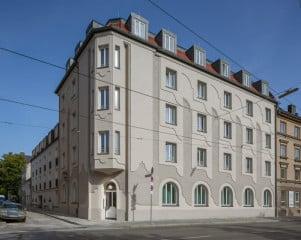Das Ende des 19. Jahrhundert erbaute, gründerzeitliche Stadthaus erhielt ein reliefartig gestaltetes WDVS