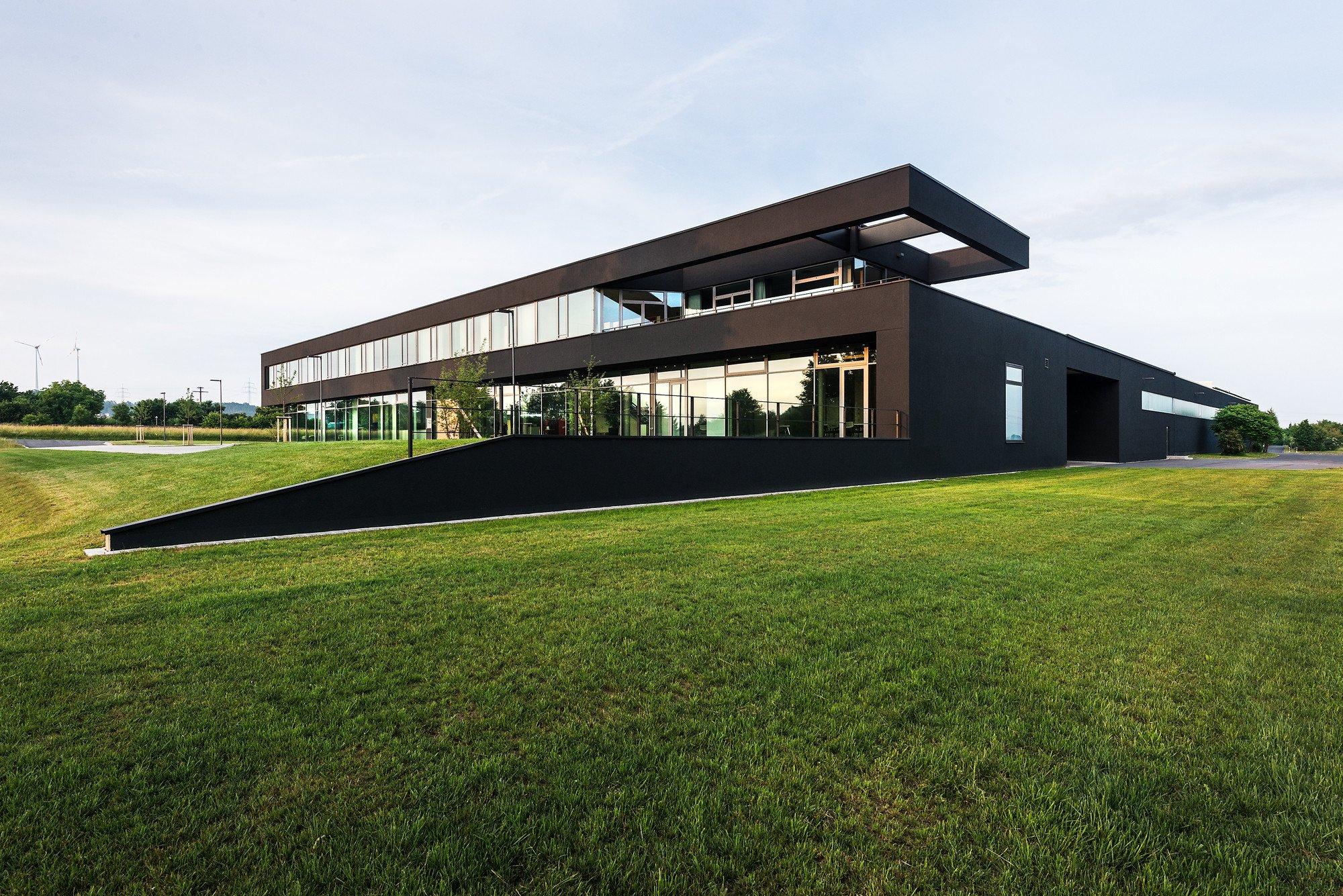 Schwarze Fassade verwaltungsgebäude in neustadt aisch dämmstoffe büro verwaltung