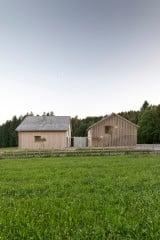 Auf einem leicht abfallenden Grundstück am Waldrand liegen das Wochenend- (rechts) und das Gästehaus (links)