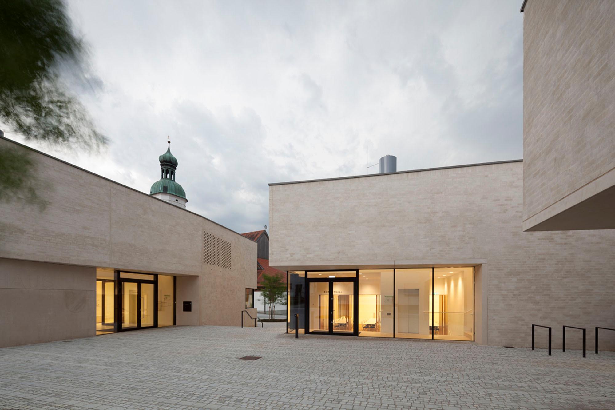 Rathaus in wettstetten geneigtes dach kultur baunetz - Neue architektur ...