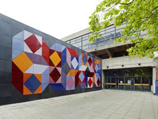 Victor Vasarelys Keramikwand entstand 1971 an der Treppenanlage südlich des Hörsaalzentrums Ost (HZO) als Kunst-am-Bau-Projekt