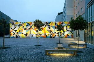 Das Kunstwerk bedeckt die Nordwand des neu gestalteten Paul-Klee-Platzes in Düsseldorf