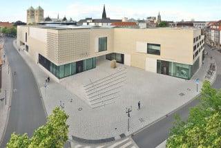 Der neue Haupteingang des LWL-Museums am Aegidiimarkt bildet den Auftakt zu einer Passage aus Vorplatz, Patio, Foyer und Vorhof zum Dom hin (Südwestansicht)