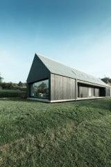 Das Wohnhaus mit Satteldach steht am Ortsrand von Ottweiler in einer weiten Wiesenlandschaft