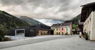 Zur baulichen und funktionalen Stärkung seiner Ortsmitte hat die kleine Gemeinde Mörtschach sich gegenüber dem alten Schmutzerhaus ein neues Kulturzentrum errichten lassen