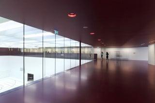 Das Herz des Schulgebäudes bildet die große Sporthalle, um die sämtliche Räume und Erschließungen angeordnet sind