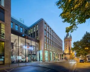 Wohn- und Geschäftshaus Turmcarrée mit der eingeschobenen, gläsernen Empfangshalle des Fitnessstudios (Nordansicht)