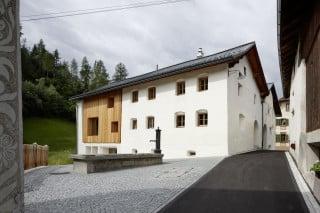 In den südlichen Teil des Engadinerhauses stellten die Architekten einen eigenständigen Baukörper aus Holz (Nordostansicht)