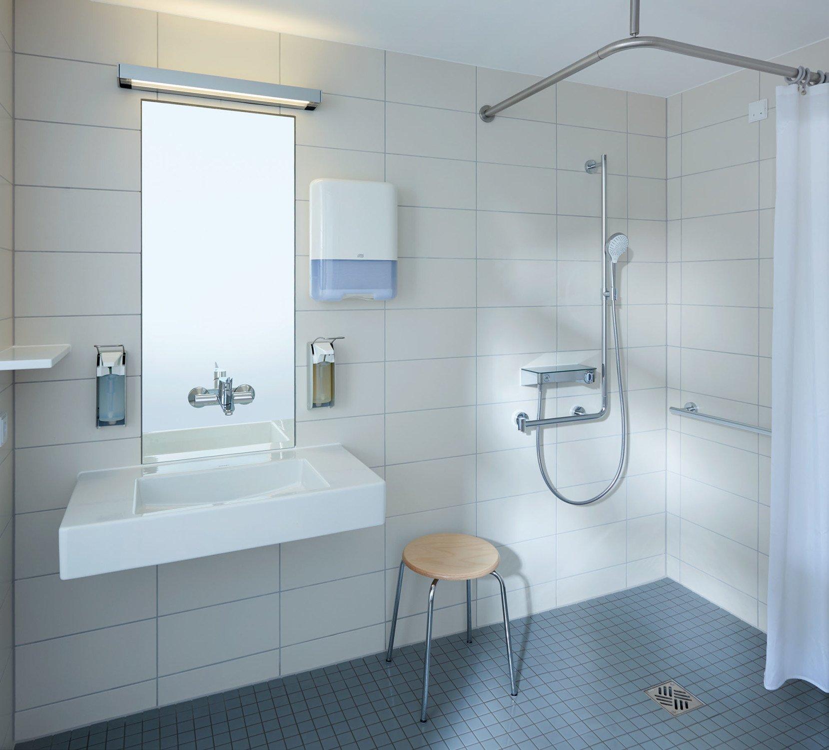 Die Armaturen Am Waschtisch Und In Der Dusche Erleichtern Die  Selbstständige Körperpflege Der Patienten