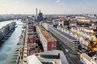 Das Aktiv-Stadthaus genannte Objekt befindet sich zwischen Hauptbahnhof und Westhafenbecken mitten in Frankfurt am Main