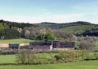 Der Neubaukomplex liegt umgeben von Wald, Wiesen und Feldern unmittelbar an der A 66 zwischen Frankfurt und Fulda