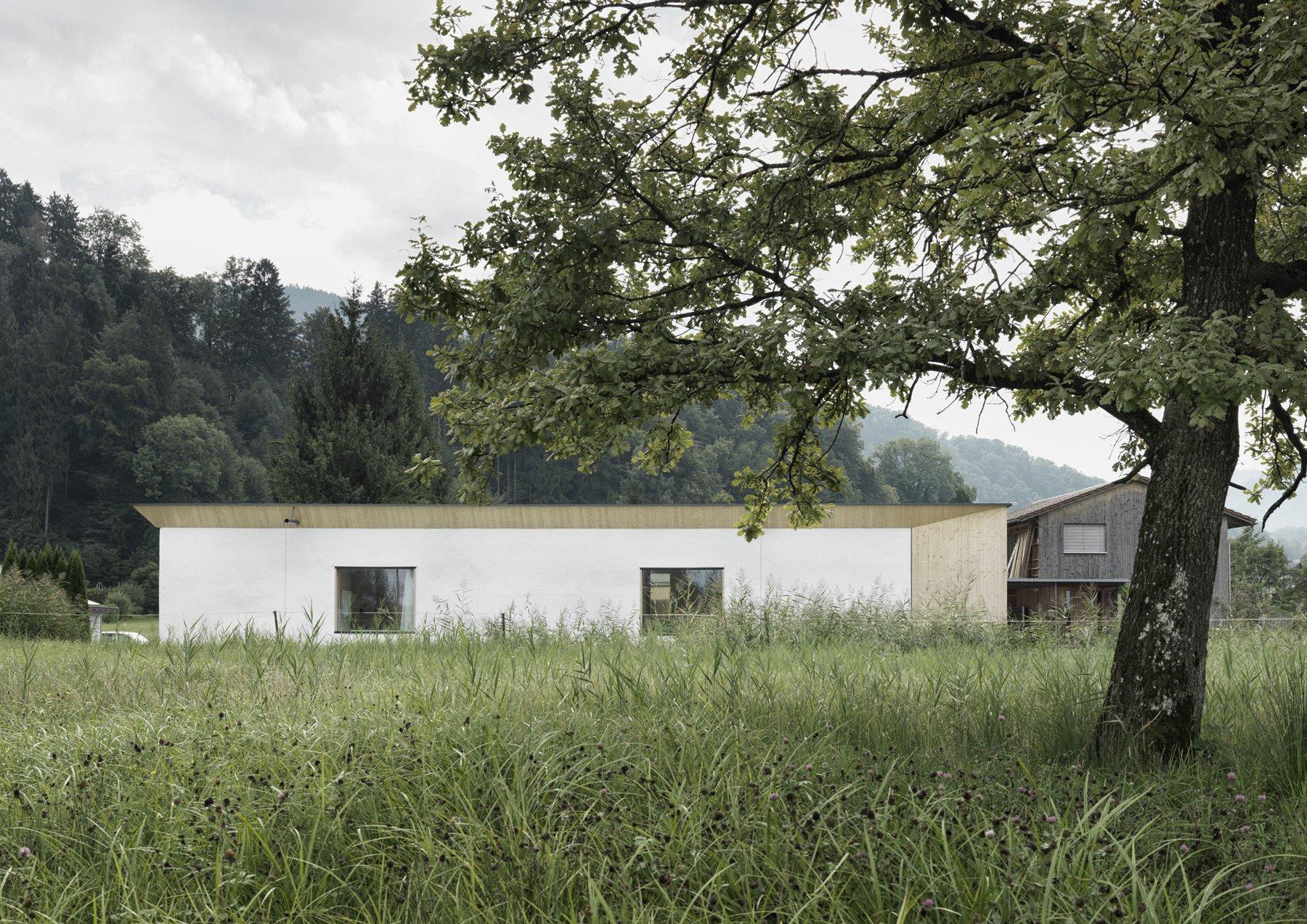 Im Nordwesten Grenzt Das Wohnhaus An Eine Weite Riedlandschaft