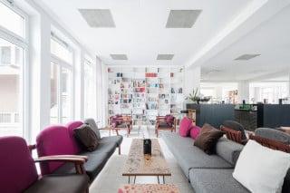 Magdas Hotel bietet Wienbesuchern und Flüchtlingen eine Unterkunft: der ehemalige Speisesaal im Erdgeschoss fungiert als Wohnzimmer für alle