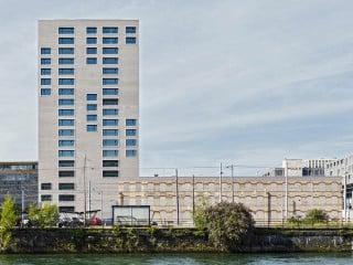 Wohnturm und lang gestreckter, quaderförmiger Bestand formen ein L und akzentuieren das Quartier entlang der Hardturmstraße (Ostansicht)