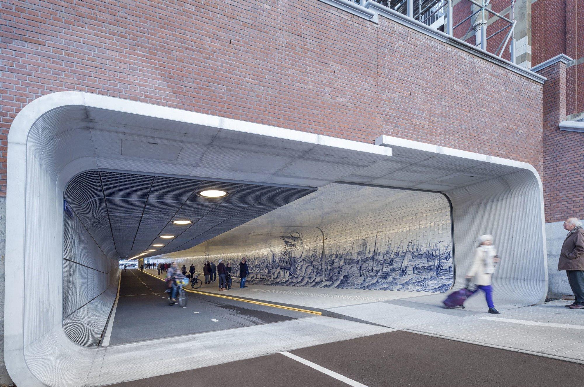 Südlicher Tunnelzugang: Es Scheint, Als Sei Die Passage Einmal Längs  Durchgeschnitten Und Dann Leicht Höhenversetzt Wieder Aneinandergefügt  Worden
