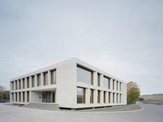 Das neue Verwaltungsgebäude Karl Köhler begrenzt das Firmenareal nach Süden, hier die Südostansicht