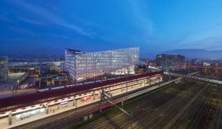 Westansicht der neuen Konzernzentrale von JTI mit dem Bahnhof Genève-Sécheron im Vordergrund