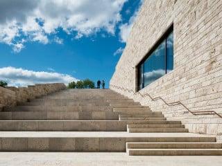 Südansicht des Weinbergs mit krönendem Ausstellungshaus Grimmwelt: Parkanlage und Bauwerk erscheinen wie verwachsen