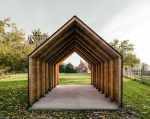 Der einfache Satteldach-Holzbau dient als Traktor-Unterstand
