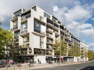 Mit der Umnutzung, Ergänzung und Aufstockung eines ehemaligen Krankenhauses an der Kreuzung Prenzlauer Allee/Danziger Straße entstanden 217 neue, verschieden große Wohnungen