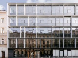 Eine setzkastenartige Glasfassade prägt das Erscheinungsbild der Berufsschule in der Wiener Embelgasse